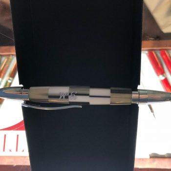 marcatura su penna su acrilico con applicazioni di colore
